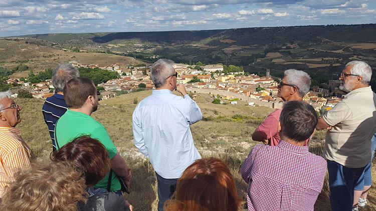 Los participantes en el curso visitando los campos de la batalla en Brihuega