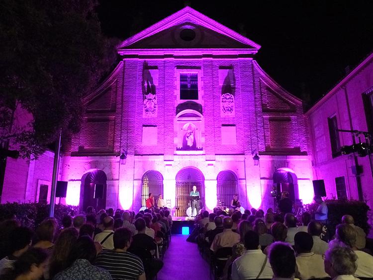 La Plaza del Carmen acogió de nuevo los versos a media noche
