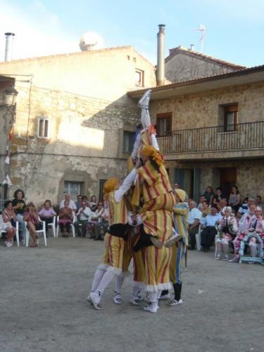 """Danza de """"El castillo"""" en la que los bailadores forman una torre humana. // Foto: Asoc. Cultural Danzantes de Galve."""