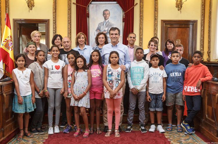 Los niños saharauis durante su visita al ayuntamiento de la capital