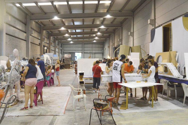 Imagen del trabajo que están realizando los peñistas para el Desfile del día 18 de septiembre
