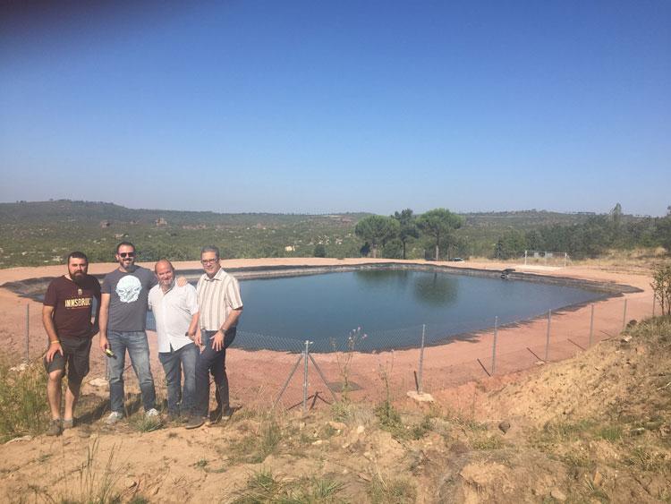 Una de las balsas de contención de agua para los servicios de extinción de incendios forestales