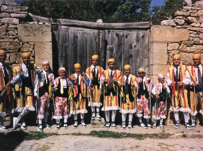 Los danzantes de Galve, con los dos trajes que se conservan: el de rayas rojas y amarillas y el de estampado de flores. // Foto: Raúl Conde.