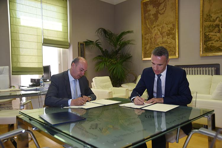 Un momento de la firma del convenio entre la Diputación y la UNED