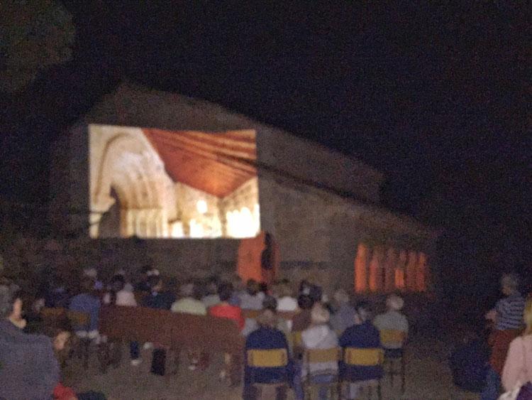 Un momento del espectáculo de luz y sonido en la ermita de Santa Catalina de Hinojosa
