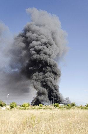 Columna de humo del incendio hace un año. (Foto: Nando Rivero)