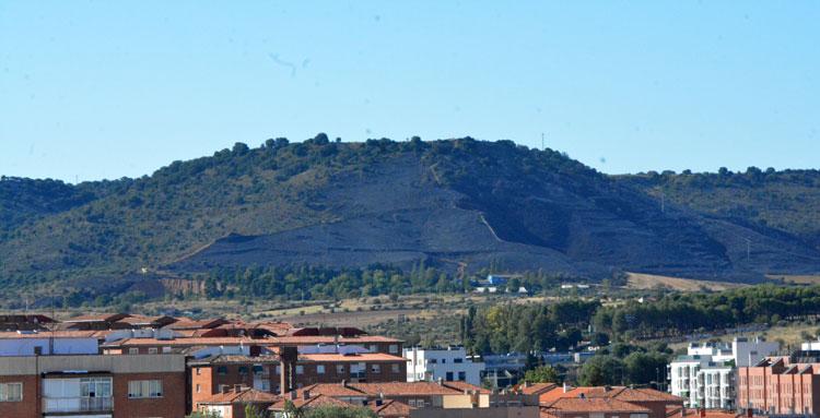 Imagen del lugar del incendio con toda la ladera del Monte San Cristóbal arrasada por las llamas