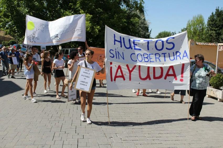 Los vecinos de Huetos se manifiestan por la calles de Cifuentes