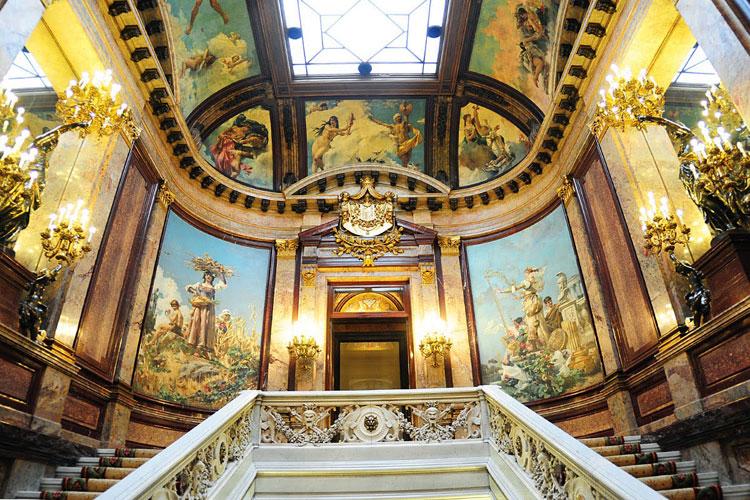 Los murales de Casto Plasencia decoran la totalidad del Palacio de Linares, en Madrid
