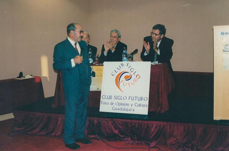Manu Leguineche en una conferencia con Valentin García Yebra