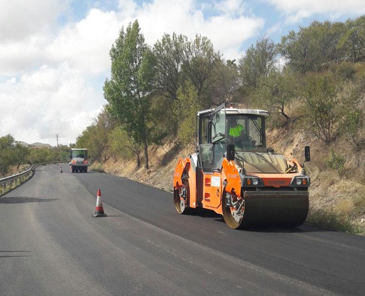Mejora del asfalto de la CM-2011 en la entrada a Brihuega