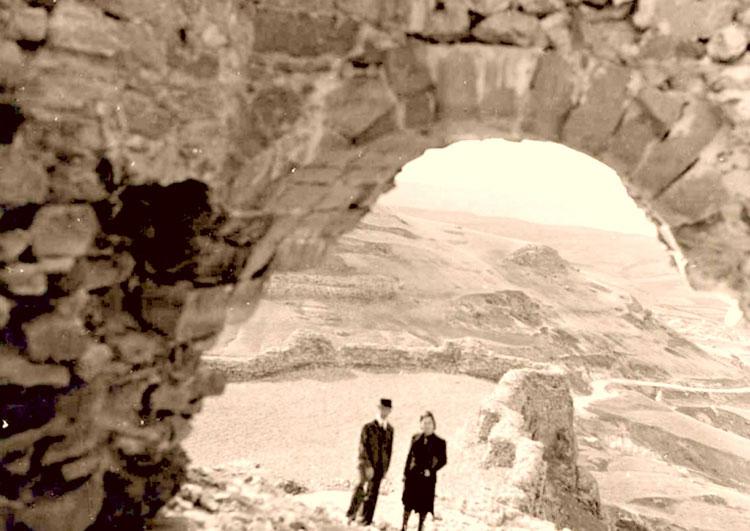 Francisco Layna y Carmen Bueno en el castillo de Atienza, en 1932