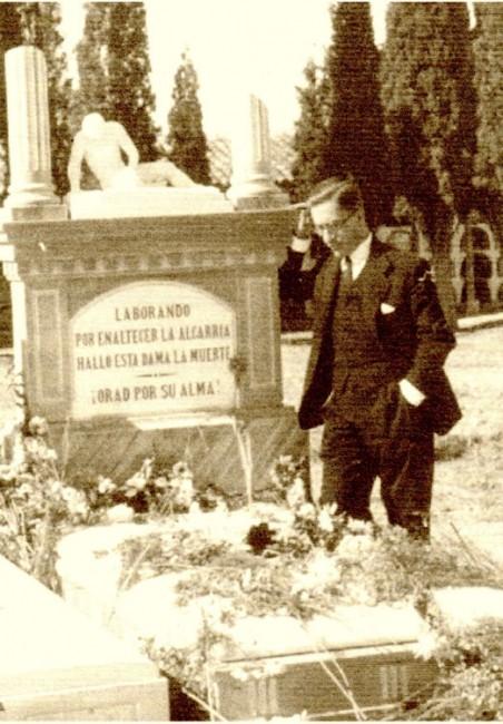 Francisco Layna ante la tumba de su esposa, en el primer aniversario de su fallecimiento