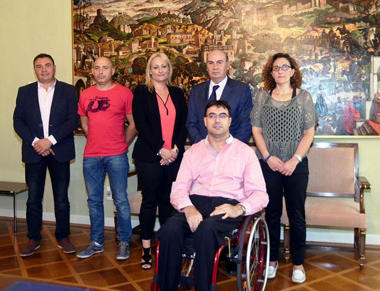 El presidente de la Diputación José Manuel Latre con las asociaciones que han recibido la ayuda