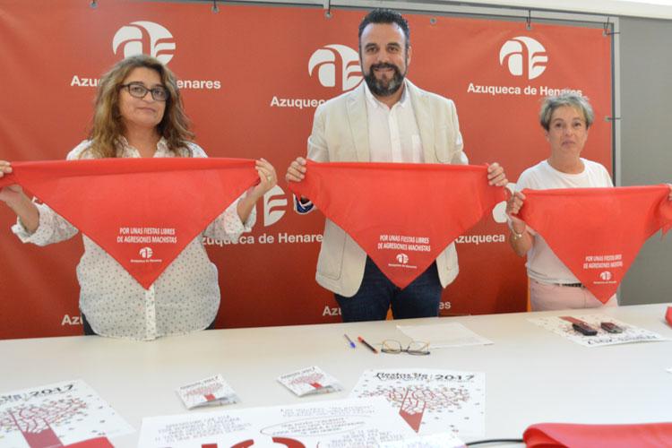 Pañuelos de la campaña 'Por unas fiestas libres de agresiones machistas'. Fotografía: Álvaro Díaz Villamil / Ayuntamiento de Azuqueca