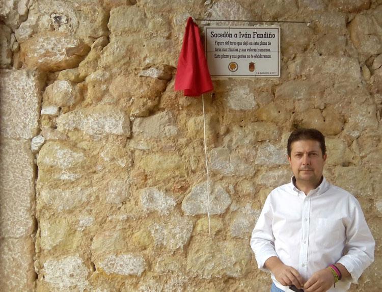 Francisco Pérez Torrecilla en la inauguración de la placa dedicada a Fandiño