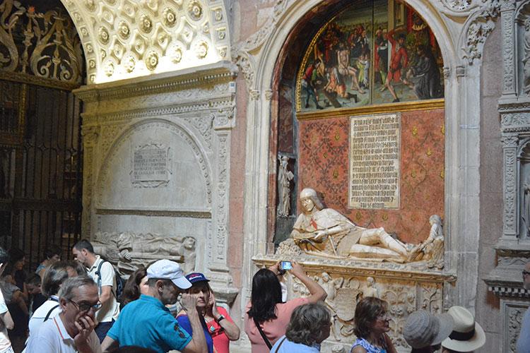 Unos turistas en la catedral de Sigüenza