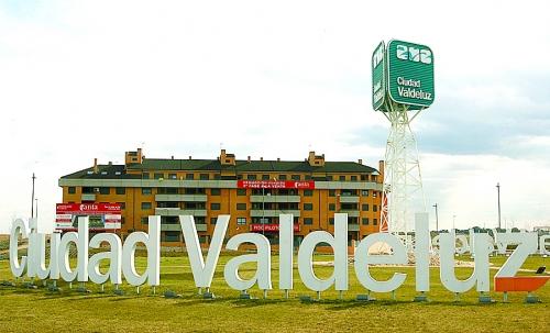 Acceso a la urbanización de Valdeluz, en Yebes. // Foto: idealista.com