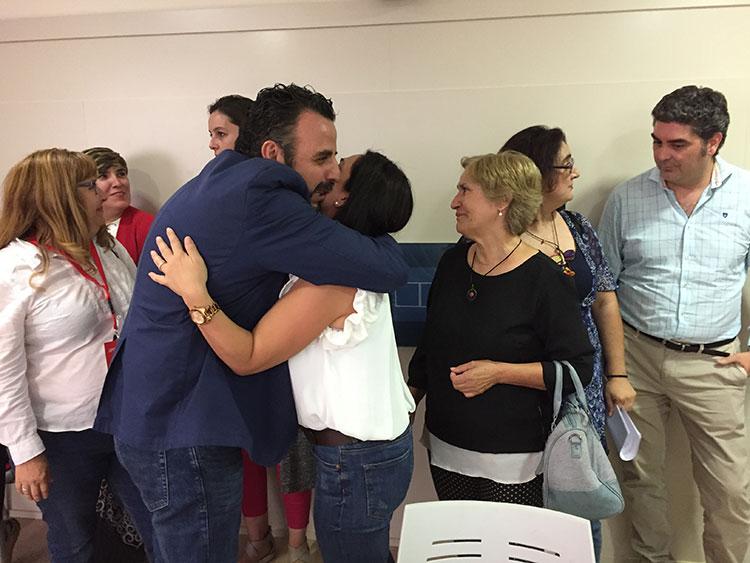 José Luis Blanco es saludado por los militantes socialistas