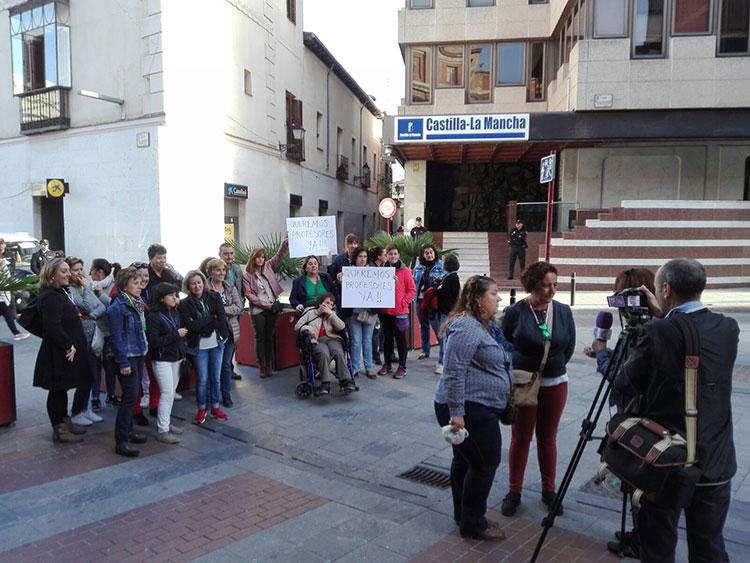 Un momento de la concentración de padres del IES de Brihuega