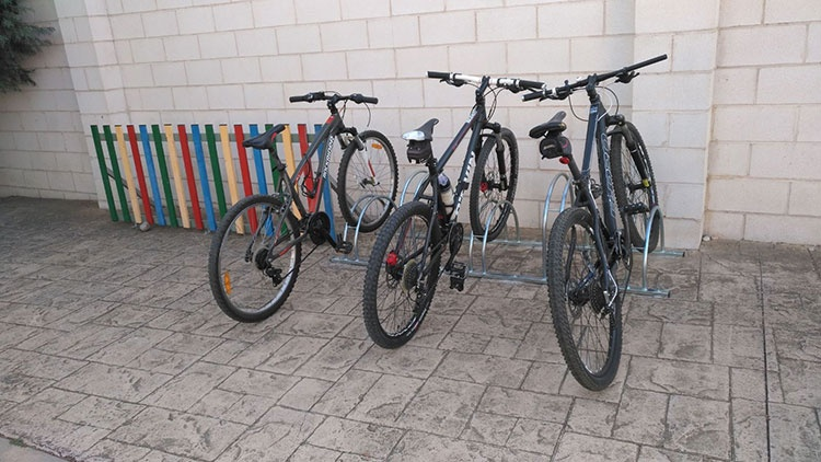 Instalados nuevos aparcabicis en Cabanillas