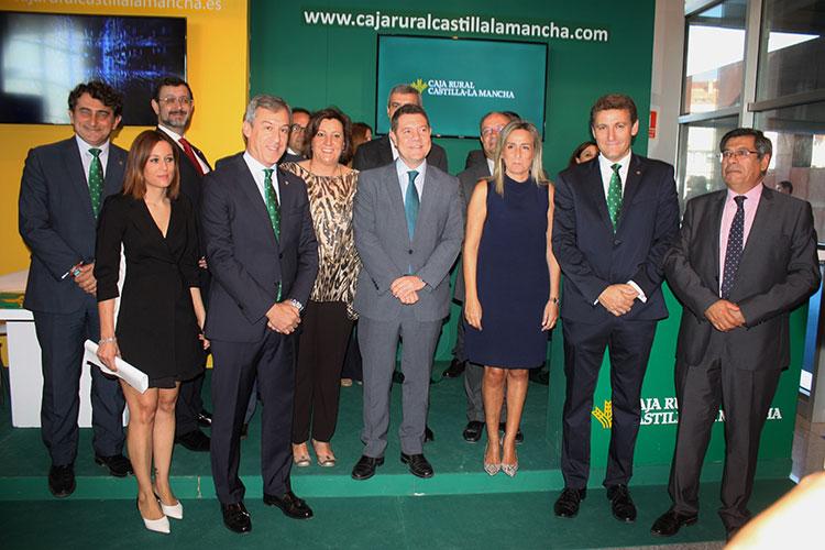 Los directivos de la entidad con Emiliano García-Page, la alcaldesa de Toledo y otras autoridades en el stand de Caja Rural Castilla-La Mancha en Farcama