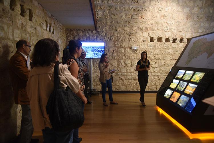 Turistas visitando el castillo de Torija