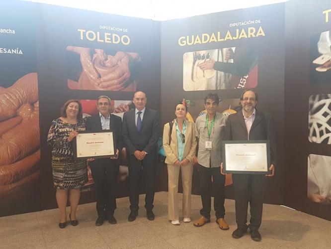 Latre con los artesanos de Guadalajara premiados en FARCAMA