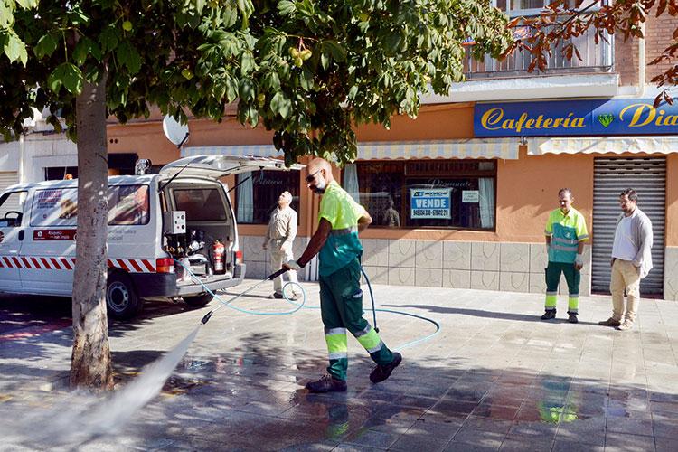 El concejal de Mantenimiento Urbano comprueba el funcionamiento de la nueva hidrolimpiadora. Fotografía: Álvaro Díaz Villamil / Ayuntamiento de Azuqueca