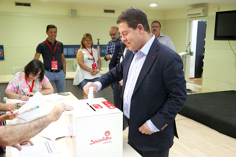 Emiliano García Page depositando su voto
