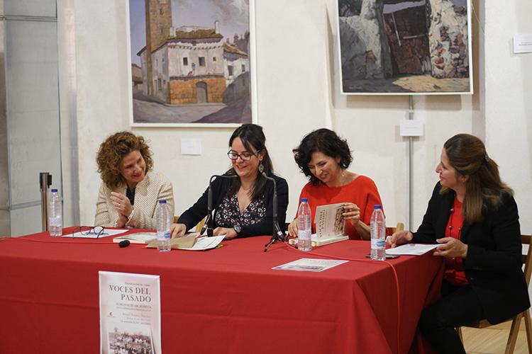 Lo hizo prologada por la concejala de Cultura, Charo Toledano, por la alcaldesa de Almonacid, y por su amiga, la filóloga Orlena de Miguel