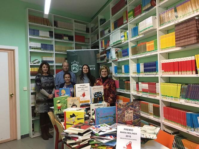 La biblioteca de Alovera recibiendo el premio del pasado año