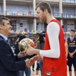 El alcalde visita a la Selección Española de Baloncesto, que entrena en el Multiusos de Guadalajara