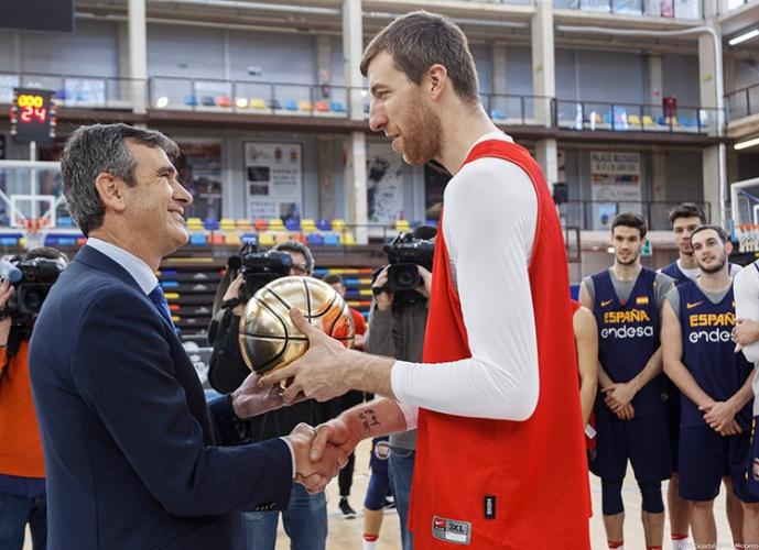 Román recibe un balón de oro firmado por todos los jugadores