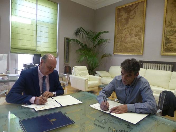 Un momento de la firma del convenio entre la Diputación y los artesanos de la provincia