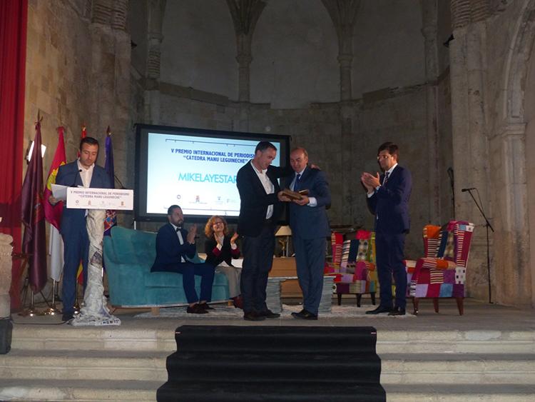 Latre hace entrega al periodista Mikel Ayestaran del premio Manu Leguineche