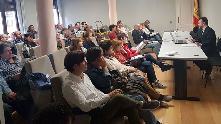 Empresarios y emprendeores molineses en la charla sobre las ayudas regonales