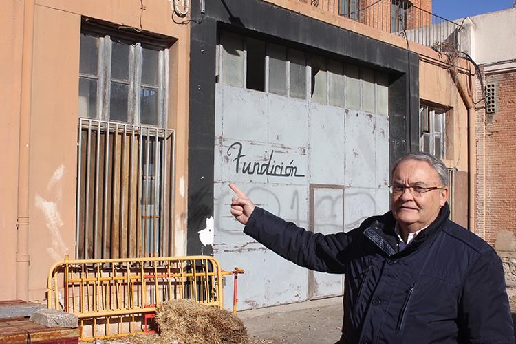 El senador Juan Antonio de las Heras ante uno de los edificios de El Fuerte