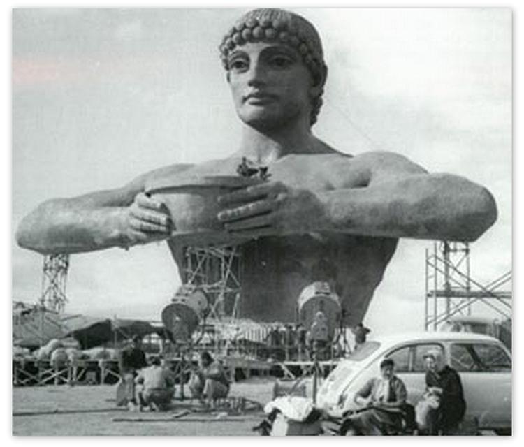 Montaje del Coloso de Rodas, en el puerto de Laredo