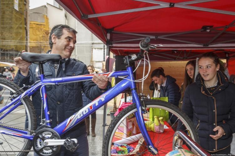 """Entrega de regalos en la """"Calle Mayor Solidaria"""""""