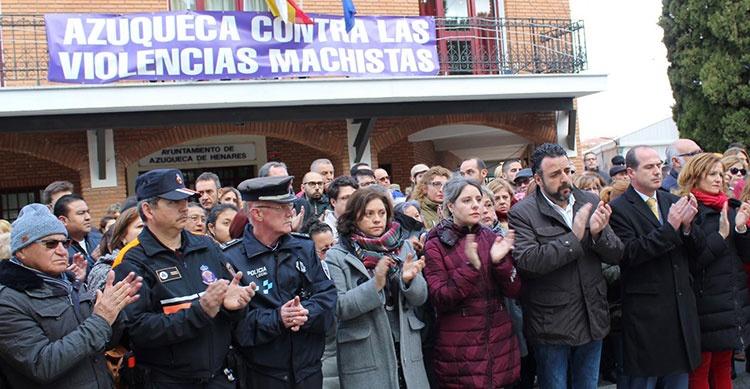 La directora del Instituto de la Mujer, Araceli Martínez, ha participado en el minuto de silencio convocado a las puertas del Ayuntamiento de Azuqueca de Henares
