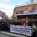 Cientos de vecinos se concentran a las puertas del ayuntamiento de Azuqueca en repulsa por el asesinato de Arantxa