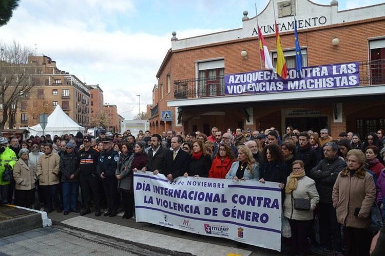 Concentración en las puertas del ayuntamiento de Azuqueca. Fotografías: Álvaro Díaz Villamil/ Ayuntamiento de Azuqueca de Henares