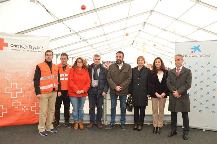 Responsables municipales, de CaixaBank y de Cruz Roja, en la pista de hielo. Fotografía: Álvaro Díaz Villamil/ Ayuntamiento de Azuqueca
