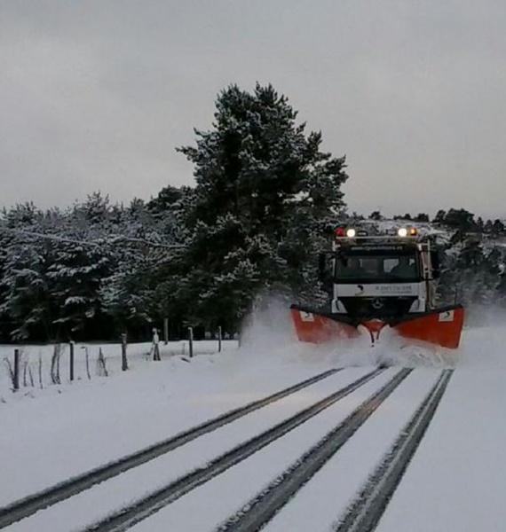 Una de las máquinas quitanieves actuando en las carreteras de la provincia