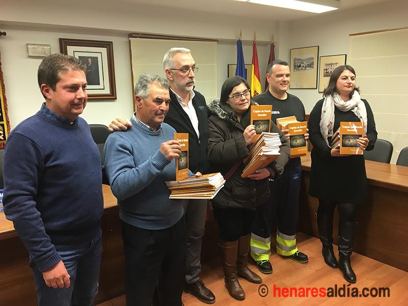Pedro Lázaro, autor del libro y Francisco Pérez Torrecilla, alcalde de Sacedón, con los representantes de las entidades a las que se les ha hecho entrega de los libros