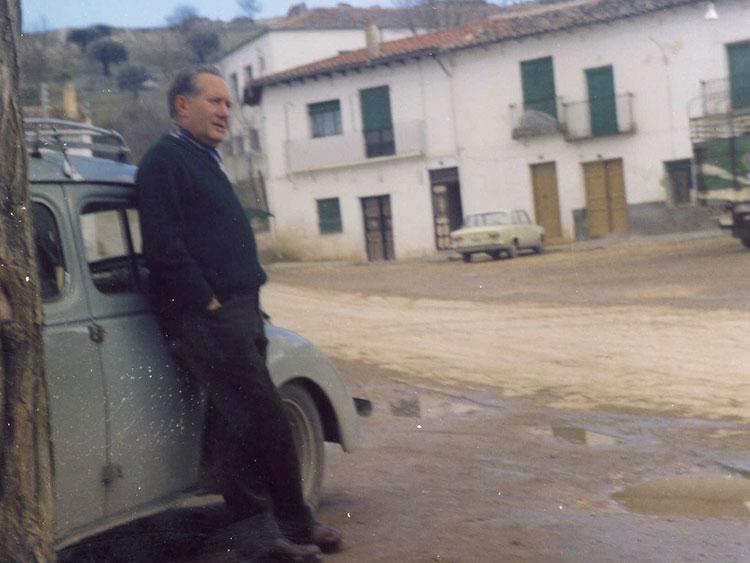 En su viejo coche recorrió los caminos de Guadalajara