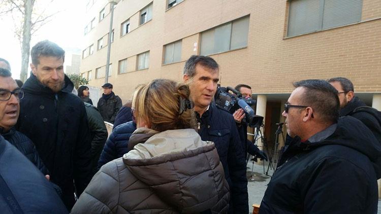 Román durante su visita de esta mañana al edificio desalojado