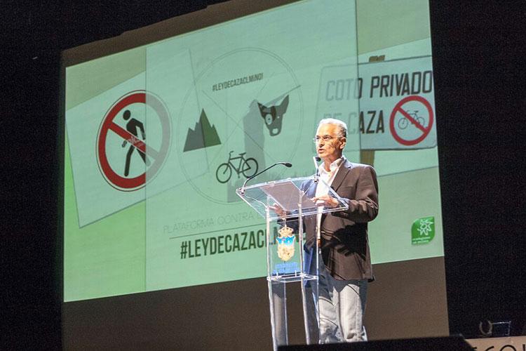 Augusto Barcenillas presentando la gala de Ecologistas en Acción