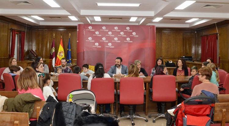 Las tarjetas se entregaron en un acto celebrado en el Salón de Plenos. Fotografía: Álvaro Díaz Villamil / Ayuntamiento de Azuqueca